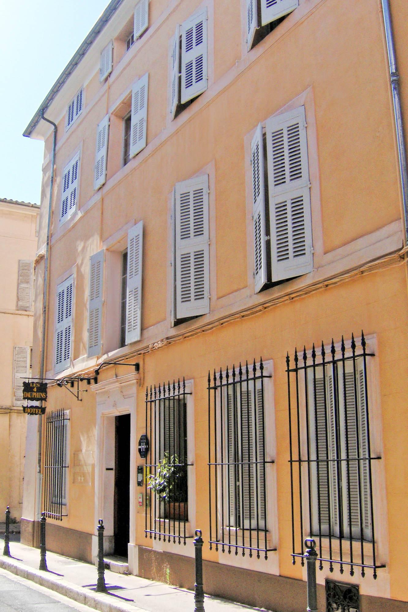 Couleurs Facades En Provence faire un enduit sur une façade de rue couleur rose à