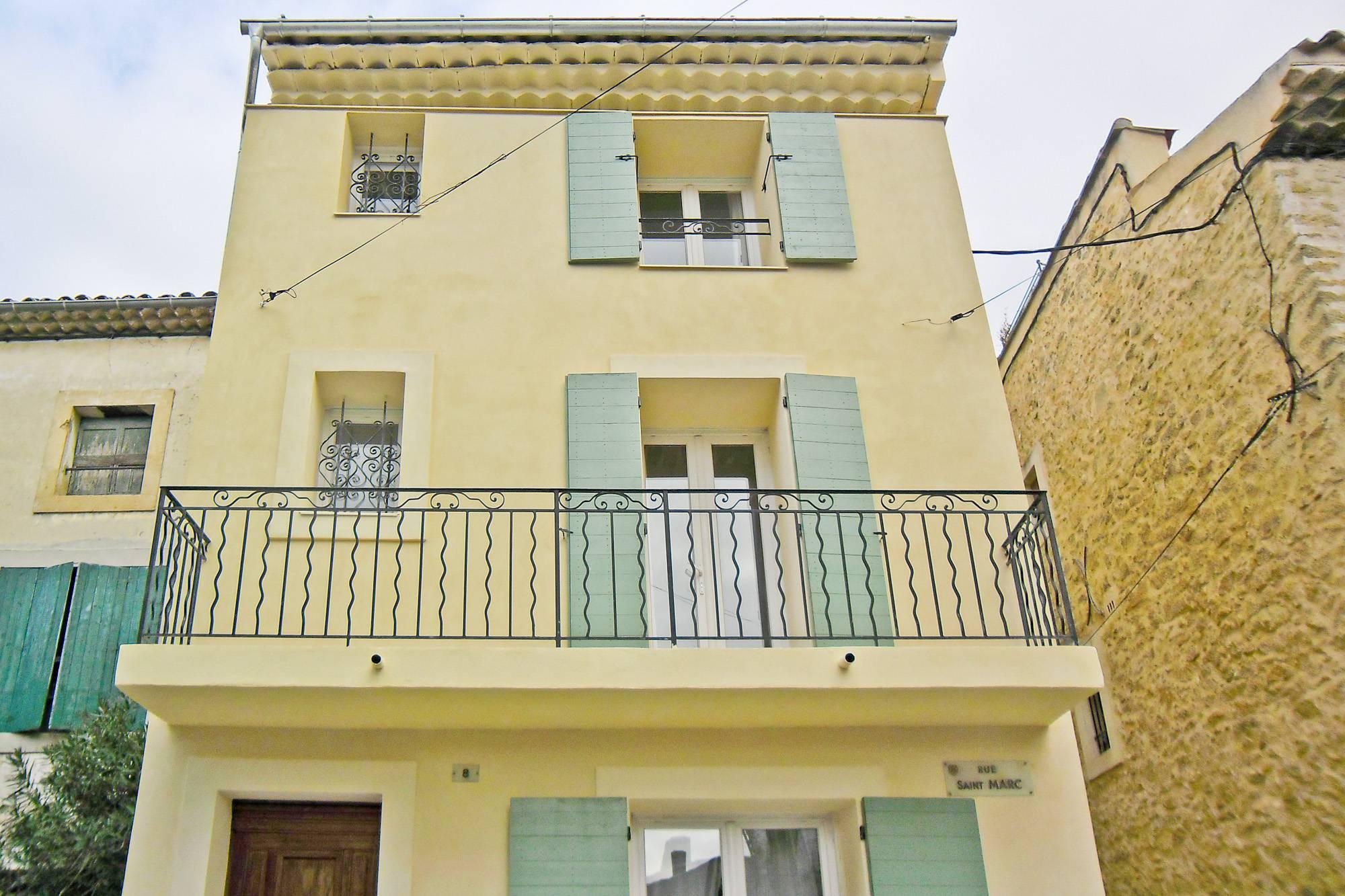 ITE Relius Therm et ravalement de façades à la chaux d'une maison de village à Lauris (84360)